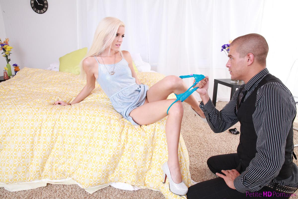 Стройная блондинка привела домой нового парня и рачком с ним трахнулась