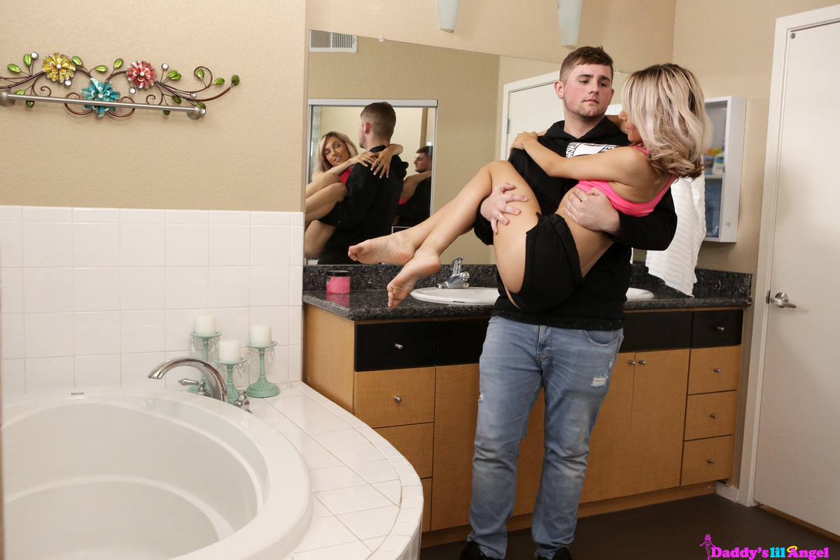 Увидев подругу с новым парнем, любовник трахнул её в анал в ванной