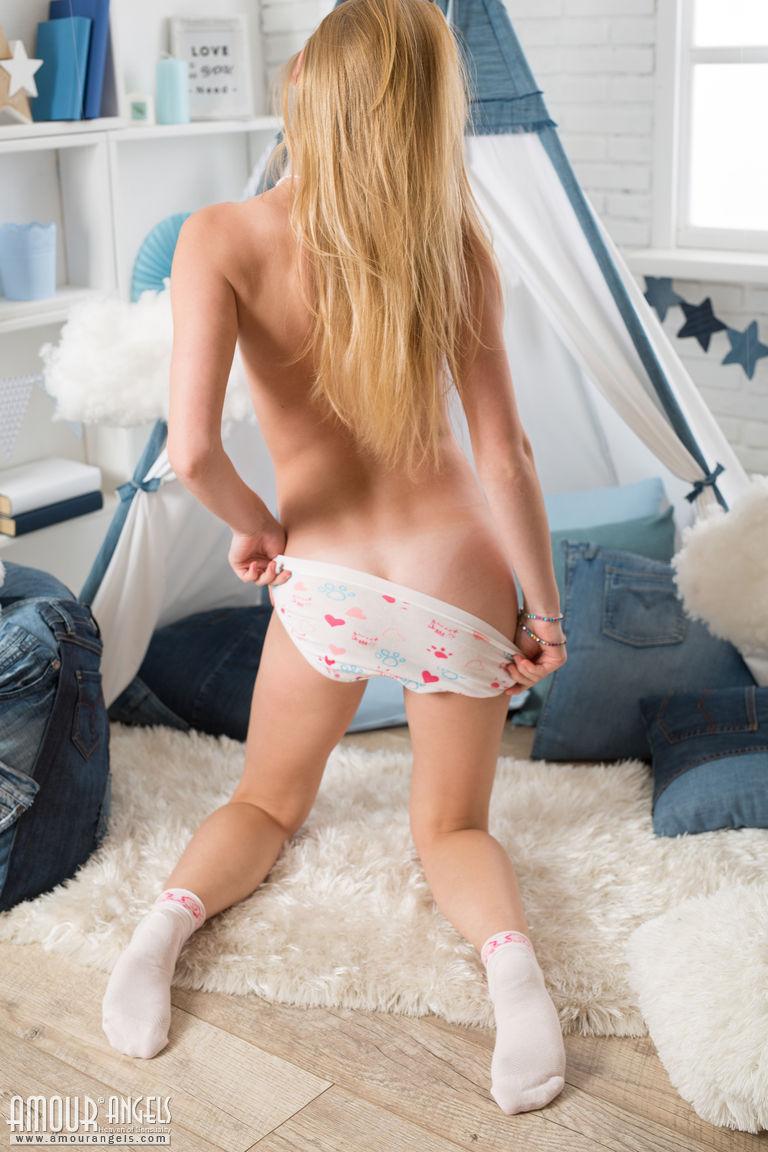 Молодая девушка с маленькими сиськами сняла шорты и тусики перед парнем