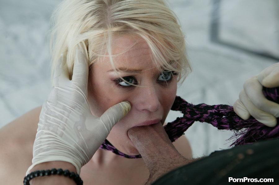 Парень обмазал упругий зад блондинки краской и жёстко трахнул её