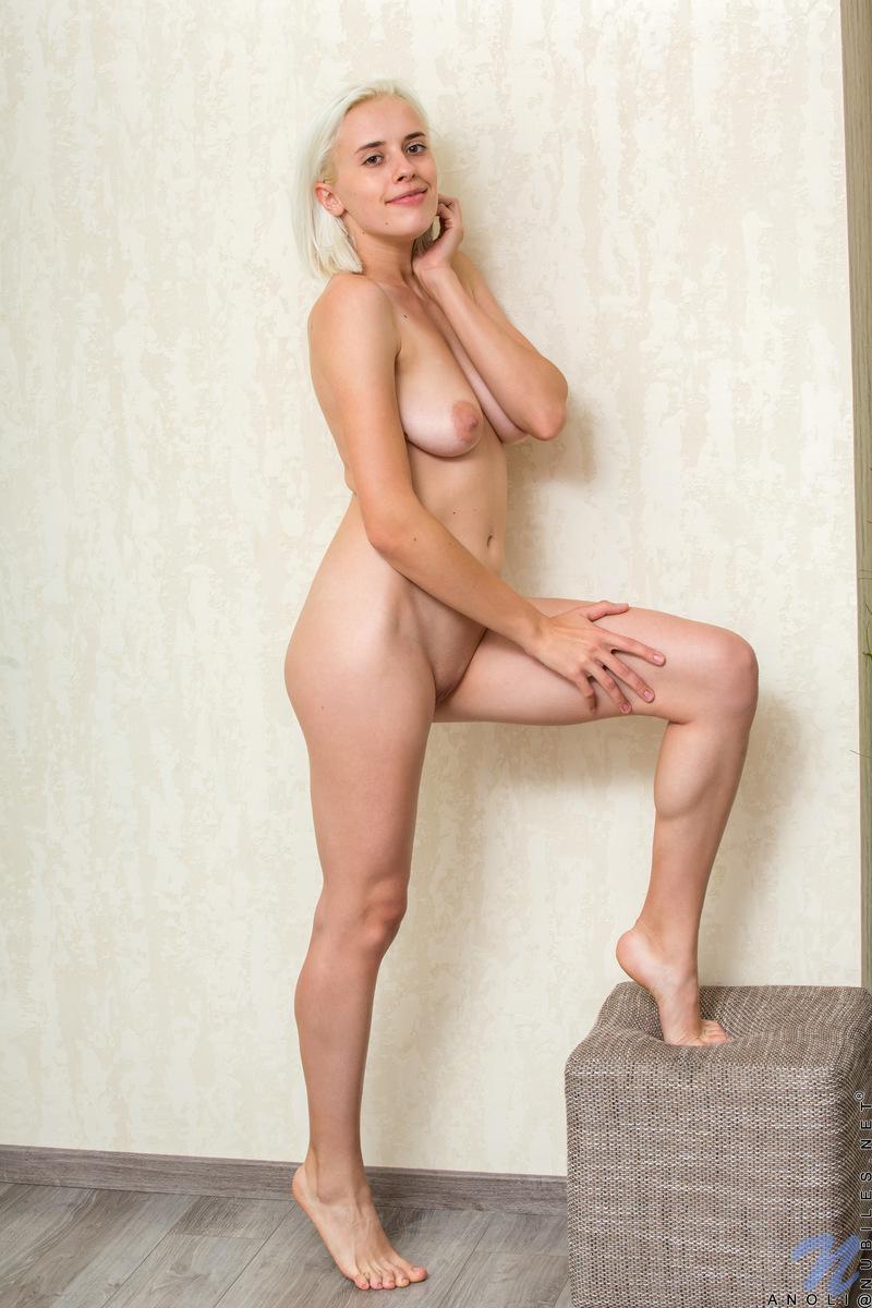Блондинка с большими дойками раздвигает в предвкушении секса вагину