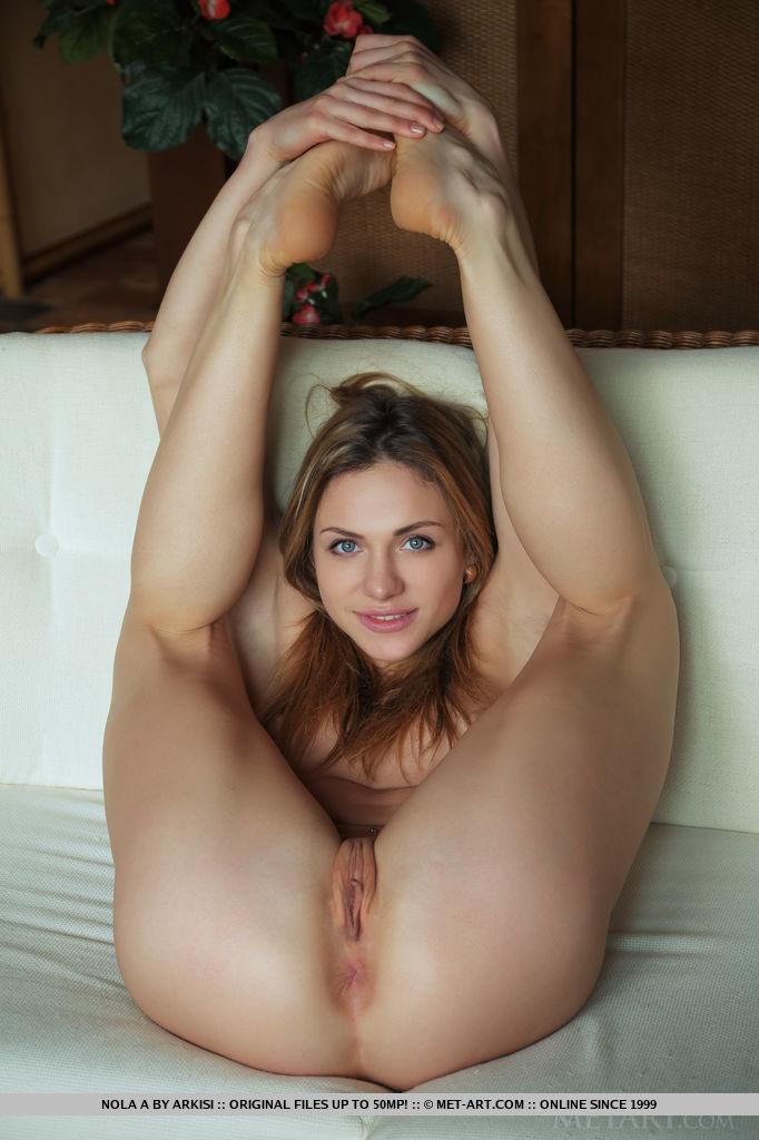 Ненасытная девушка на кастинге показывает растраханные дырки