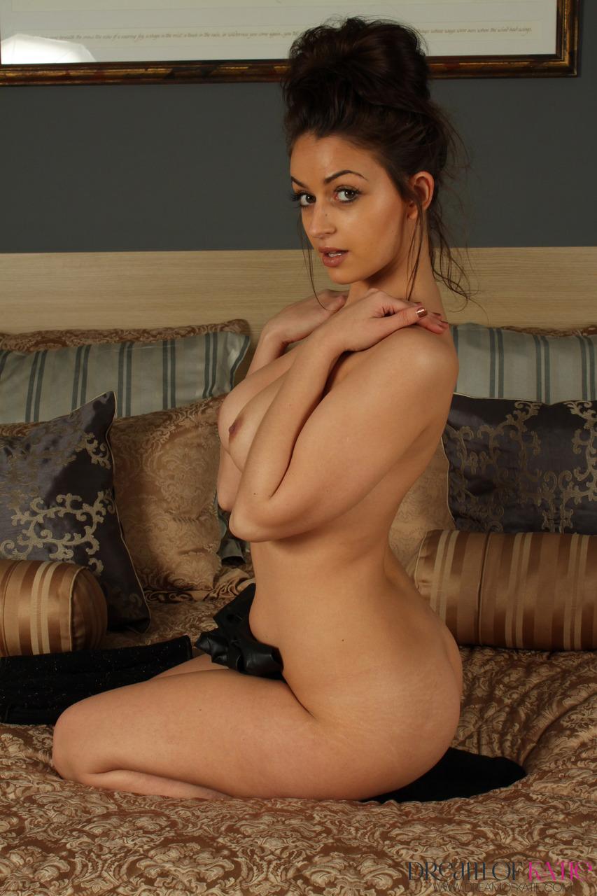 Сисястая брюнетка отослала любовнику фото с голыми сиськами на кровати