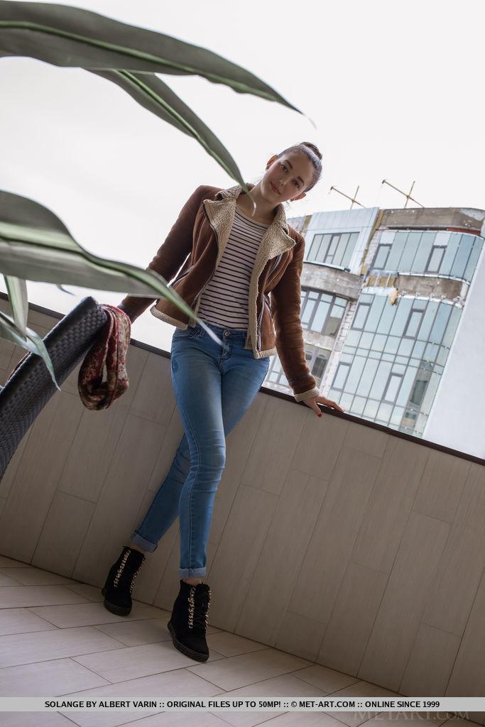 Стройная девушка сняла трусики перед фотографом в ожидании траха