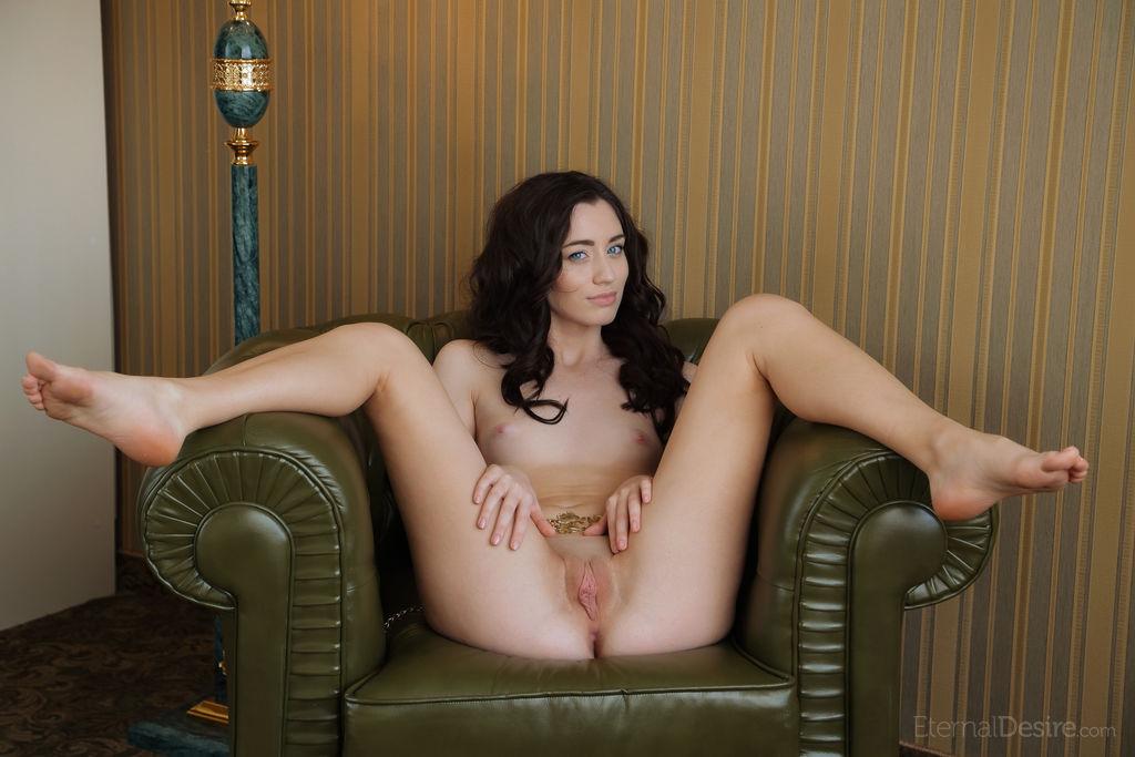 Голая девушка с поясом подняла ногу, чтобы сфоткали её разработанную вагину