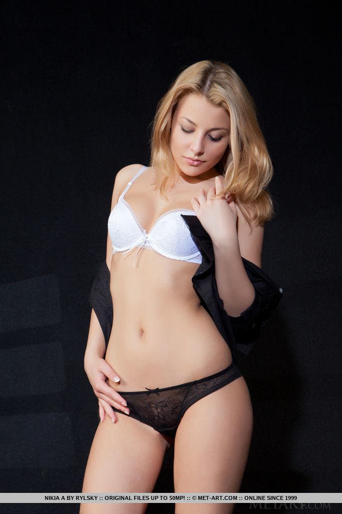 Блондинка на каблуках крупным планом показывает тугую промежность