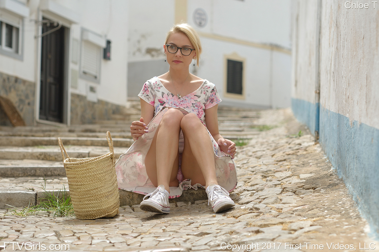 Очкастая блондинка на скамейке потрахивает вагину кабачком