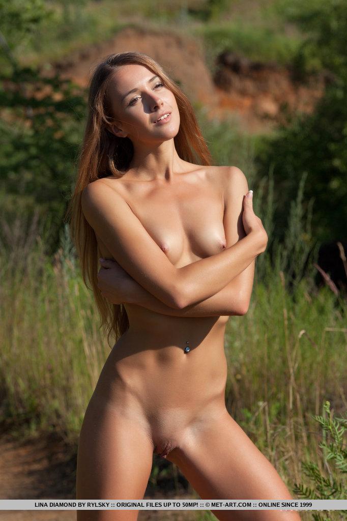 Девушка с маленькими сиськами участвует в эротической фотосессии на природе