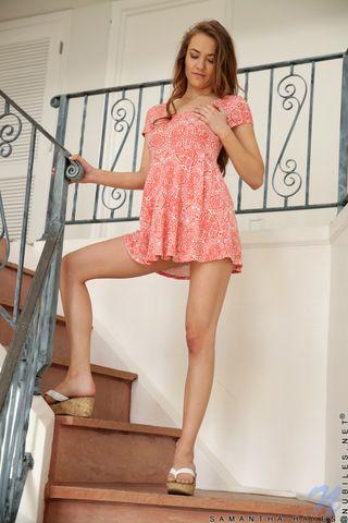Длинноволосая девушка встала рачком на лестнице в надежде на анальный секс