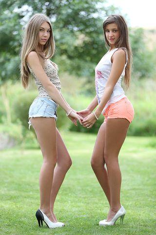 Две молодых стервы на каблуках выставили упругие попки перед фотоаппаратом