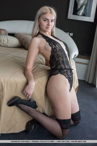 Грудастая девушка в разных позах на кровати показывает волосатый лобок