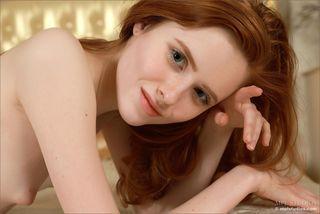 Рыжеволосая худая девушка показывает свои тугую промежность в спальне